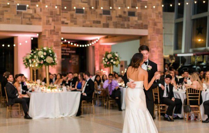 Γαμήλια δεξίωση σε αίθουσα δεξιώσεων