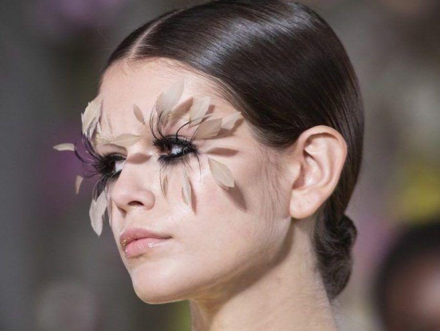 Beauty fantasy 2019: Φτερωτές βλεφαρίδες και face paint στο φετινό show του Valentino