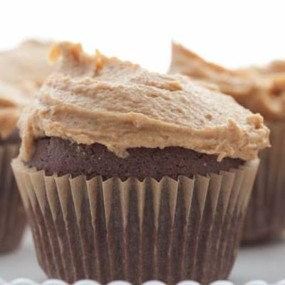 CUPCAKES σοκολάτα με γέμιση φυστικοβούτυρο
