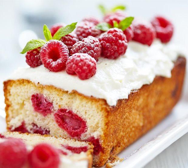 Κέικ λευκής σοκολάτας με φρούτα του δάσους
