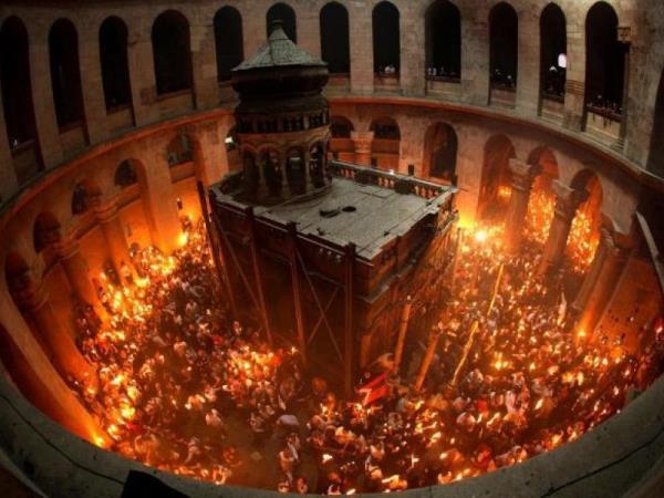 Πώς ανάβει το Άγιο Φως στον Πανάγιο Τάφο