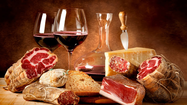 Ποικιλία μεζέδων για κόκκινο κρασί.
